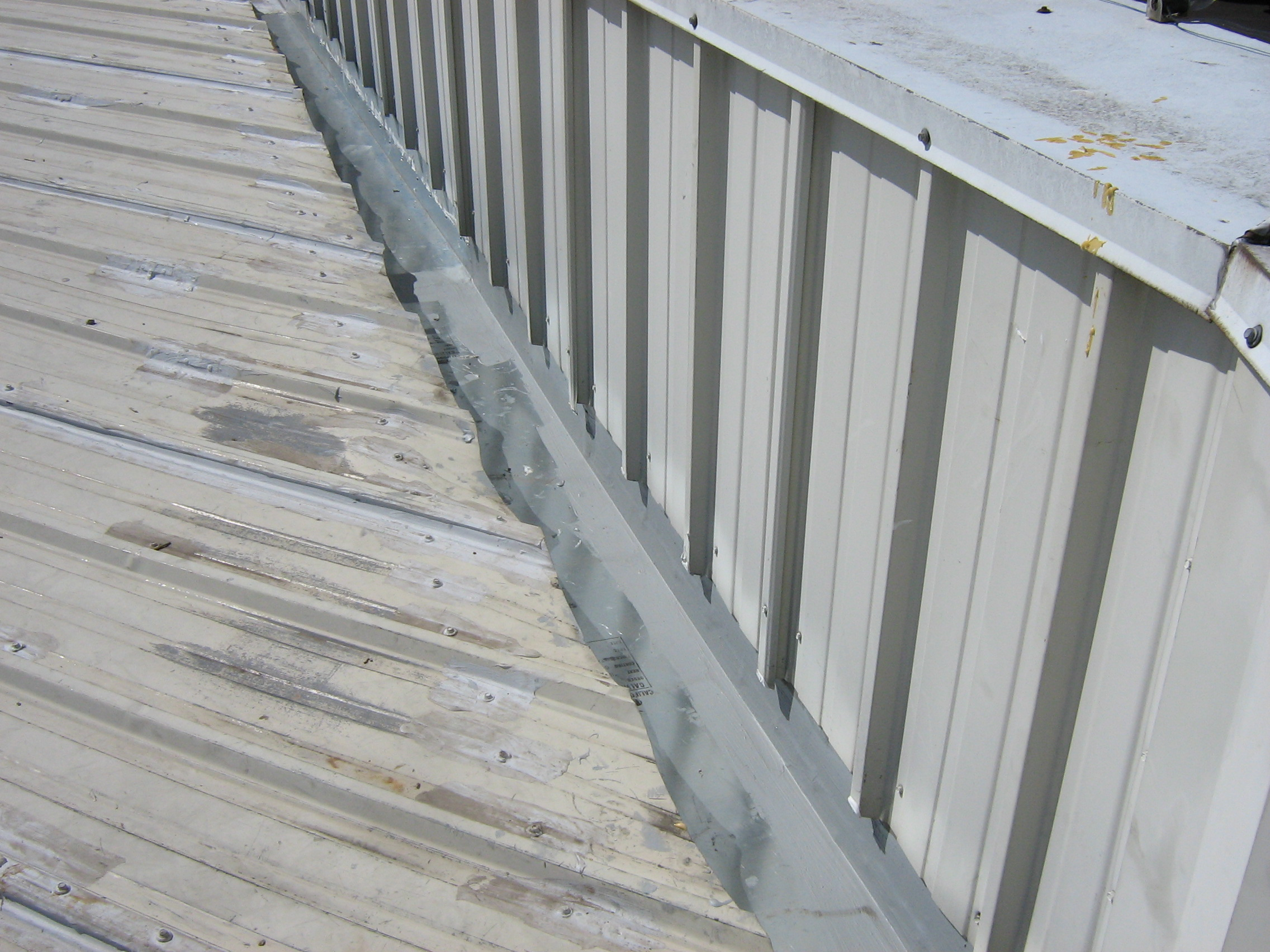 How Do Flat Roofs Drain Water? | Reliable Roofing |Metal Roof Internal Drain